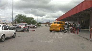 Ladrões tentam roubar dinheiro de carro-forte em supermercado de CG - Houve tiroteio,uma pessoa foi feita refém, um assaltante saiu ferido e um vigilante foi salvo pelo colete a prova de bala.