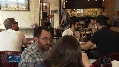 Restaurantes cobram até 13% de taxa de serviço com nova lei da gorjeta - Restaurantes chegam a cobrar 13% de taxa de serviço com nova lei da gorjeta.