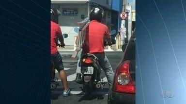 Motociclista é flagrado transportando escada no trânsito de Goiânia - Flagrante foi enviado pelo aplicativo Quero Ver na TV (QVT).