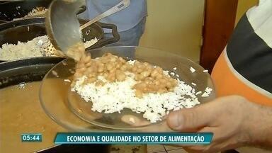 Trabalhadores aprendem técnicas para economizar no preparo de alimentos - Trabalhadores aprendem técnicas para economizar no preparo de alimentos.