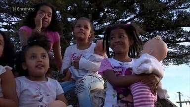 Crianças negras ainda não se sentem representadas por bonecas - Cris Vianna conta faz coleção de bonecas negras e ganha uma boneca personalizada de Jaciana, que faz livros e bonecas inspiradas em personalidades do samba