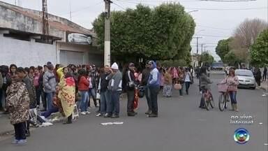 Milhares de pessoas fazem fila para participar de sorteio de casas populares em Promissão - Cerca de 1800 pessoas estão em uma fila nesta terça-feira (17) para tentar fazer um agendamento obrigatório para o sorteio de 150 casas da CDHU, em Promissão (SP).