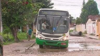 Buracos dificultam circulação de ônibus e carros em Rio Doce - Algumas linhas chegaram a ser modificadas.