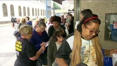 Servidores do RJ entram em fila por cestas básicas pela 2ª vez em 4 dias - Mais de 205 mil estão com pagamentos de maio e junho atrasados.Estada de governador em SPA de luxo para tratamento gera reações.
