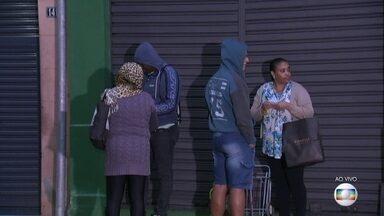 Servidores públicos formam fila para conseguir cesta básica no Rio - Muitos servidores não estão conseguindo colocar comida na mesa. E por isso, as filas se formam muito cedo.