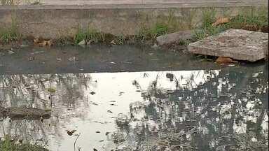 Vazamento de esgoto tira sossego de moradores em Ladário, MS - Vazamento de esgoto tira sossego de moradores em Ladário, MS