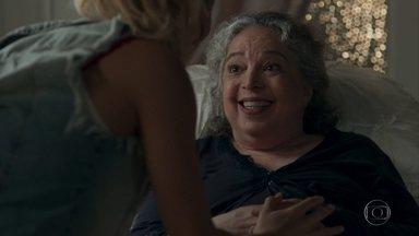 Marieta avisa que vai deixar sua herança para Sandra Helena - A camareira não acredita na intenção da idosa e acha que Marieta a está confundindo com sua filha