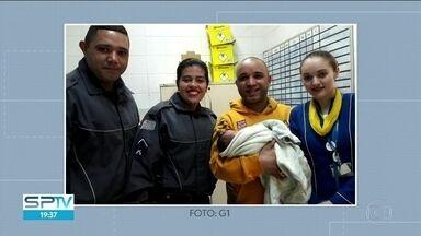 Homem resgata bebê abandonado em praça no Campo Belo - Recém-nascido foi abandonado numa praça no Campo Belo, zona sul da capital. Um rapaz, que passava pelo local, ouviu o choro e resgatou o bebê.