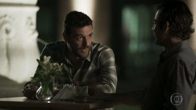 Cirilo questiona se Caio tem algum interesse em Jeiza - Ele ri e desconversa. Zeca continua emburrado