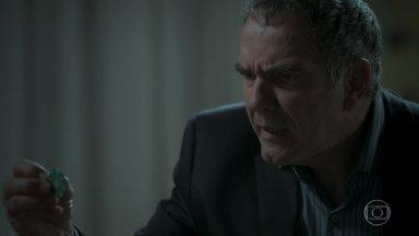 Eurico acha ficha de jogo nas coisas de Silvana - Ela tenta minimizar a situação e ele joga a ficha pela janela