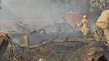 Incêndio destrói ferro-velho em Campo Grande - A queimada começou em uma vegetação seca no local e o fogo se espalhou pelo terreno, de acordo com o Corpo de Bombeiros. Mais de 20 mil litros de água foram utilizados.