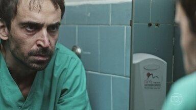 Evandro se prepara para salvar vida de mulher vítima de atropelamento - Um ano após a morte da esposa, médico faz uso de medicamentos controlados