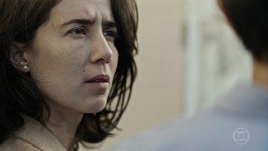 Carolina descobre que Evandro é viúvo - Equipe de médicos consegue salvar a vida de Elaine e do bebê, mas Antenor não resiste. Sambista recebe uma homenagem dos amigos