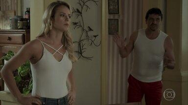 Jeiza descobre que Cândida está escondendo Amílcar em casa - Almerinda reserva o Balada Jeiza para realizar seu show