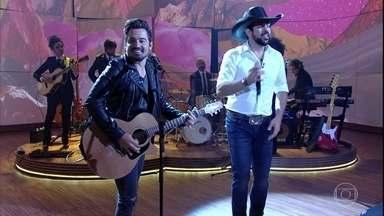 """Fernando e Sorocaba abrem programa cantando """"Bala de Prata"""" - Pedro Bial recebe dupla para um bate papo musical"""
