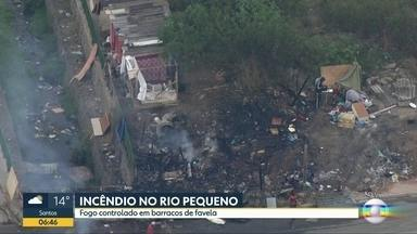 Fogo é controlado em favela no Rio Pequeno - Segundo os Bombeiros, ninguém ficou ferido.