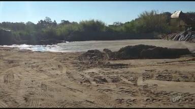 Polícia Ambiental encontra área de extração irregular de areia em Campinas - Corporação também apreendeu um trator, uma draga e mais de 20 toneladas de areia no local. Prefeitura fará retirada do material na próxima segunda-feira (31).