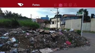 Lixo espalhado incomoda moradores de Novo Horizonte, na Serra, ES - Prefeitura da Serra não deu dia de quando a faxina começa, mas pediu aos moradores para que respeitem os horários de coleta para descartar o lixo e diminuir a sujeira nas esquinas e calçadas.