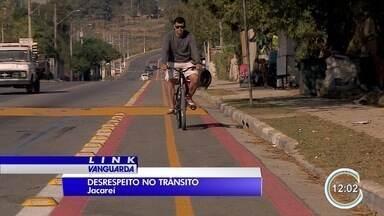 Motoristas desrespeitam ciclovia em Jacareí - Muita gente ainda não se acostumou com ciclovias e desrespeita leis de trânsito na cidade.
