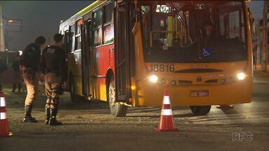 Polícia Militar fiscaliza ônibus em Colombo, na Região Metropolitana de Curitiba - A ação é para evitar assaltos no transporte coletivo.