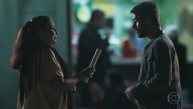 Zeca conversa com Mere - Cantora fica intrigada ao saber que o pai do rapaz se chama Abel