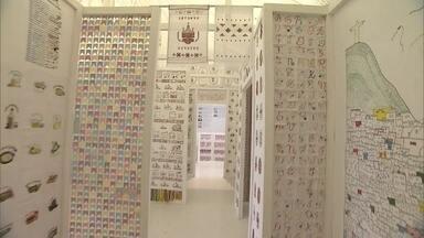 Exposição em Pinheiros mostra casa toda feita de bordados - Em vez de tijolos, 200 peças de bordado feitas por artesãs de todos os estados do Brasil formam uma casa-exposição. Cada cômodo procura mostrar características das regiões onde vivem as bordadeiras.