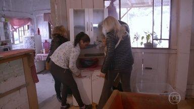 Voluntários fazem vedação térmica de casas populares - Angélica ajuda as voluntárias do proteto 'Brasil Sem Frestas' em Curitiba