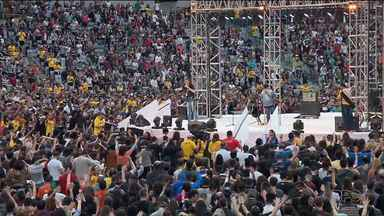Cerca de 50 mil pessoas participam de mega culto na Arena da Baixada - O culto tem duração de sete horas e tem como objetivo aproximar a comunidade evangélica.