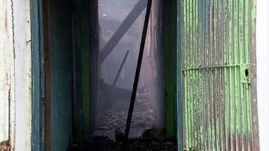 Corpos encontrados em prédio incendiado estão no IML do Recife - Incêndio foi no domingo, mas corpos só foram localizados na segunda-feira.
