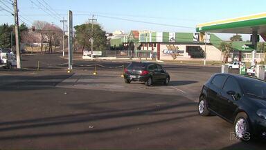 Motoristas de Foz do Iguaçu desviam de semáforos pelos acessos aos postos de combustíveis - Na cidade, existe uma Lei Municipal que contraria uma norma do Conselho Nacional de Trânsito, mesmo assim condutores podem ser multados.