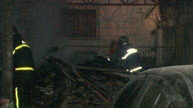 Incêndio atinge oficina mecânica em Foz do Iguaçu - Segundo os bombeiros, fogo começou em umas madeiras no fundo do estabelecimento.