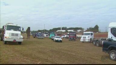 Caminhoneiros protestam na SP-310 contra aumento de combustíveis - Manifestação ocorre entre Araraquara e Matão; Grupo também reclama das tarifas de pedágio.
