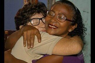"""Duas amigas se reencontram após uma delas participar do quadro """"Desaparecidos"""" - As amigas não se viam há 4 anos."""