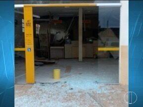 Criminosos explodem agência bancária e Correios em Gameleiras - Perícia esteve no local e constatou que os dois cofres foram arrombados.