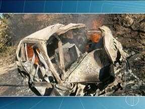 Carros batem de frente em Salinas, deixando mortos e feridos na BR-251 - Um dos veículos pegou fogo e dentro dele havia um corpo carbonizado. No outro carro, um casal morreu preso às ferragens.
