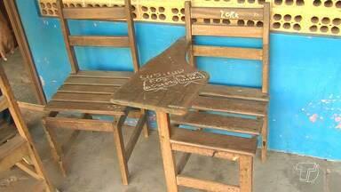 Falta de carteiras tem prejudicado aulas em escola do bairro Maicá - Há vagas na instituição de ensino, mas pelo falta das carteiras pais estão matriculando os alunos em outras escolas.