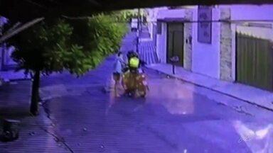 Mototaxista é parado no meio da rua e é assaltado; vídeo - Mototaxista é parado no meio da rua e é assaltado; vídeo