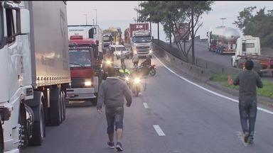 Caminhoneiros realizam protesto e bloqueiam Via Anchieta - Protesto ocorre pelo aumento no preço dos combustíveis.