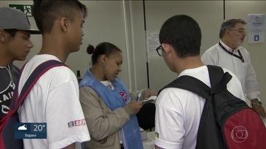Primeiro dia da mudança no passe livre foi de problemas para os estudantes - As mudanças no passe livre começaram com problemas. Muitos estudantes não conseguiram carregar os bilhetes, que agora passam a ter restrição de tempo de uso.