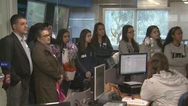 """EPTV Na Escola inicia visita aos bastidores à emissora em Campinas - Tema deste ano é """"Se esta rua, se esta rua fosse minha... Por quê?""""."""