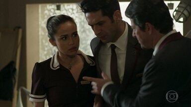 Malagueta manda Agnaldo pegar as imagens de Luíza como camareira - O concierge orienta o recepcionista para conseguir vazar a história