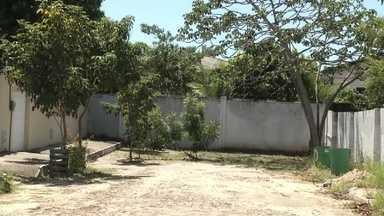 Rua no Eusébio é bloqueada por muro de residências - Moradores cobram manutenção e liberação da via.