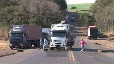 Motorista de caminhão fura bloqueio e avança sobre manifestantes - Os manifestantes participavam de um protesto contra o aumento do preço dos combustíveis. Por muito pouco não houve uma tragédia na estrada.