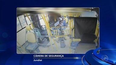 TV TEM mostra flagrantes de vandalismo, furto e acidentes com ônibus em Jundiaí - Com a ajuda da tecnologia, o número de ocorrências no transporte público de Jundiaí (SP) caiu 25%. A TV TEM obteve com exclusividade imagens de vandalismo, furtos e acidentes que são registradas pelas câmeras de segurança instaladas nos ônibus.