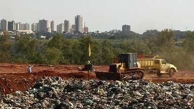 Secretário do Meio Ambiente diz que conseguiu licença para depositar lixo em aterro - A licença para a prefeitura de Araçatuba (SP) despejar o lixo no aterro sanitário da cidade terminou nesta segunda-feira (31) e a partir desta terça-feira (1º), o município fica impedido pela Cetesb de jogar lixo no local. Se a prefeitura despejar lixo no aterro poderá ser multada pela companhia.
