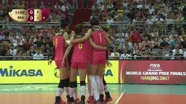 1º Set - Bola rolando! China começa sacando e faz o primeiro ponto do jogo: 1 a 0 - 1º Set - Bola rolando! China começa sacando e faz o primeiro ponto do jogo: 1 a 0