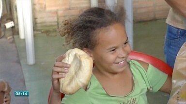 Projeto que distribui pães de graça para famílias de baixa renda é ampliado - Projeto que distribui pães de graça para famílias de baixa renda é ampliado.