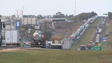 Protesto de caminhoneiros bloqueia a Rodovia Anhanguera em Cravinhos, SP - Grupo reclamou do aumento de impostos sobre combustíveis e das tarifas de pedágio.