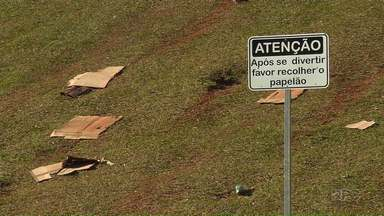 Placas alertam sobre sujeira ao redor de estádio de Maringá - Local fica sujo com papelão usado nas brincadeiras das crianças