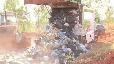 Prefeitura de Araçatuba consegue licença para voltar a despejar lixo em aterro - A prefeitura de Araçatuba (SP), que nesta terça-feira (1º) tinha perdido autorização da Cetesb para continuar usando o aterro sanitário, conseguiu com a Secretaria do Meio Ambiente do Estado uma nova licença, que tem prazo para acabar: 120 dias, até o fim de novembro.